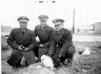 左一是我父親,在1957年在美國威克島與李向辰伯伯及林初耀伯伯