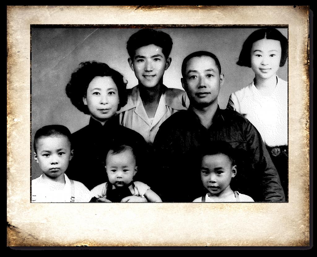 全家福照 最前排左一:嘟嘴小男孩就是張茂松牧師